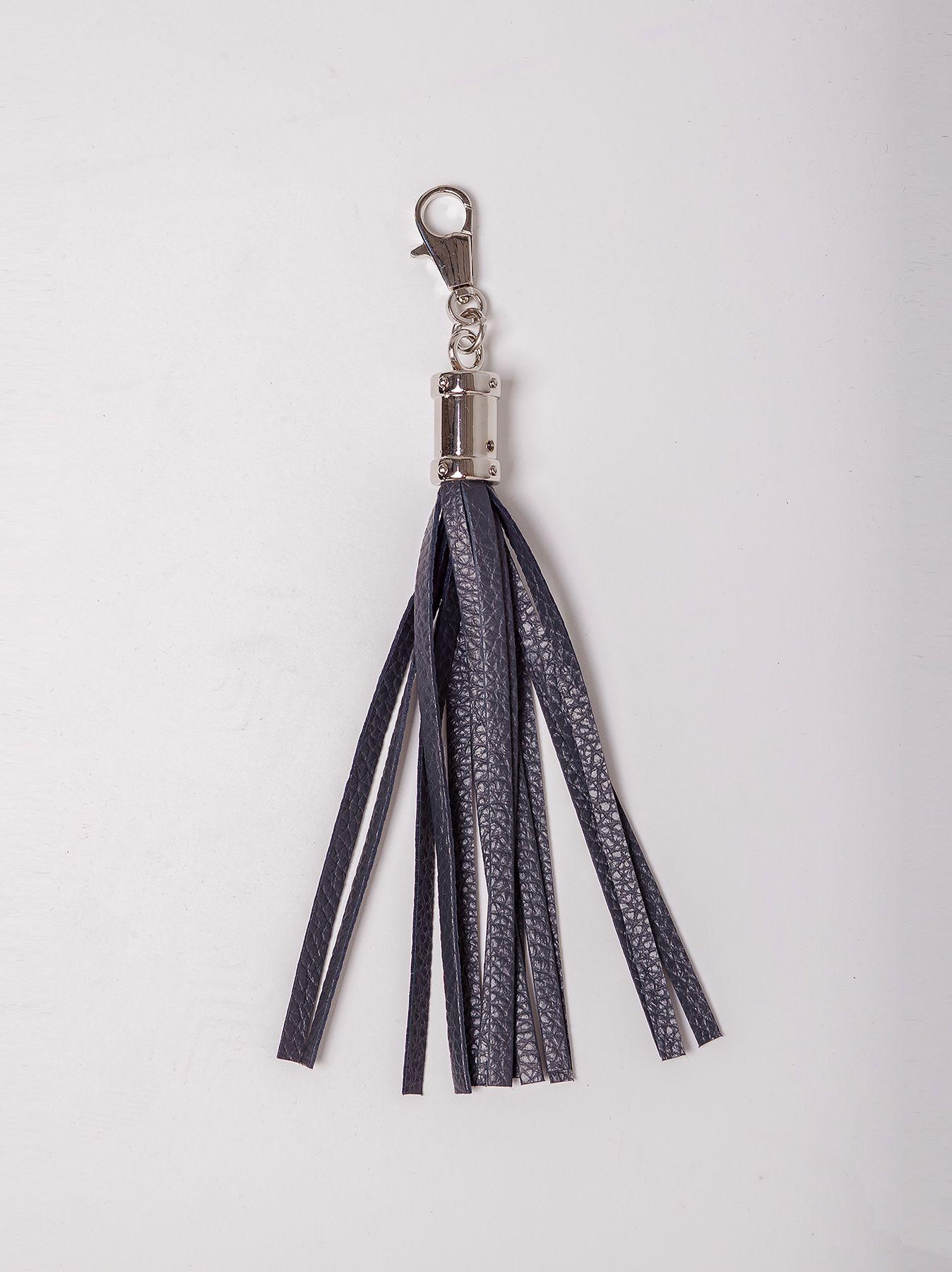 Charm con flecos de cuero y detalles en plata
